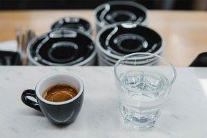 Si beve prima l'acqua o il caffè?